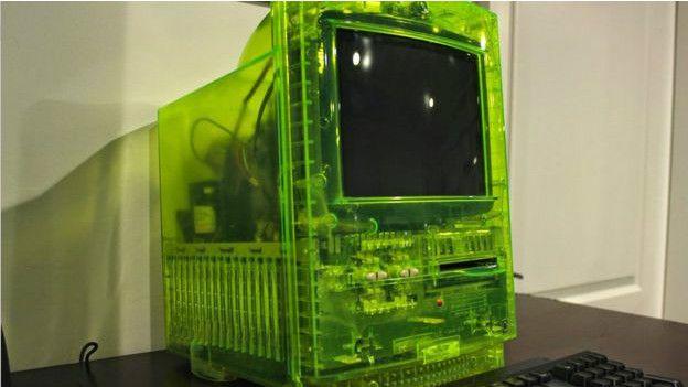 Uno de los raros prototipos en manos de Alex