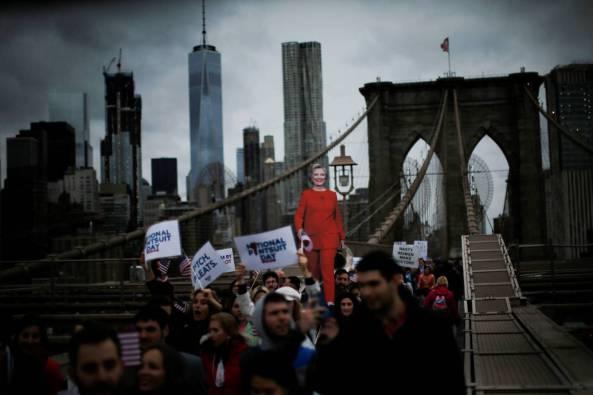 Simpatizantes de Hillary Clinton durante una marcha por el puente de Brooklyn, en Nueva York (Reuters).